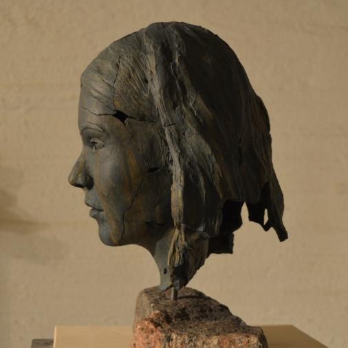 Hämärän neito, 2019, maalattu kipsi