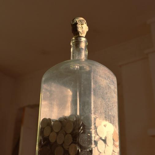 Muistoja lapsuudesta, 2019, pronssi, pullo, pennejä, 1300 €